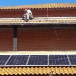 Funcionario fazendo a instalação do sistema de energia solar 1