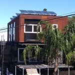 fachada da casa sobreposta painéis solares